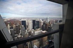 Manhattan par un hublot. Image stock