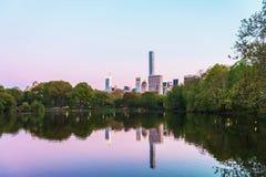 Manhattan si è rispecchiata dall'acqua in Central Park NYC immagini stock libere da diritti