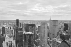 Manhattan sikt från överkant av den Rockefeller mitten, monokrom Royaltyfri Bild