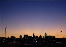 Manhattan sikt från Brooklyn på skymning Arkivbild