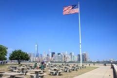 Manhattan-Skyline angesehen von Ellis Island Stockfotos