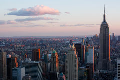 Manhattan-Skyline bei Sonnenuntergang Stockbilder
