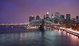 Manhattan-Skyline an der Dämmerung Stockbilder