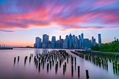 Manhattan-Skyline an der Dämmerung, New York City Stockfotos