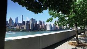 Manhattan-Skyline-Einspieler, wie von Franklin D gesehen Roosevelt Four Freedoms Park stock video