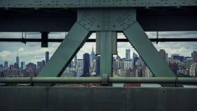 Manhattan-Skyline gesehen durch eine Brücke Stockbilder