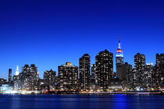 Manhattan-Skyline nachts, New York City Lizenzfreie Stockfotos