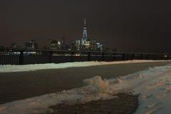 Manhattan-Skyline nachts, New York City Ansicht von der Pflasterung Winter Stockfoto