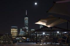 Manhattan-Skyline nachts, New York City, Bänke unter einer Überdachung Stockfotografie