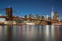 Manhattan-Skyline und Brooklyn-Brücke stockfotografie