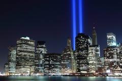 Manhattan-Skyline und die Kontrolltürme der Leuchten nachts Lizenzfreie Stockfotografie