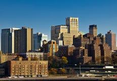 Manhattan-Skyline von der Bucht am sonnigen Tag Lizenzfreie Stockfotografie