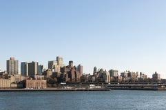 Manhattan-Skyline von der Bucht am sonnigen Tag mit copyspace Lizenzfreie Stockfotografie