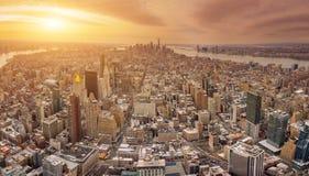Manhattan som är i stadens centrum och som är ny - ärmlös tröjahorisontskyskrapor på solnedgången Arkivbilder