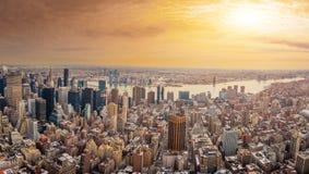 Manhattan som är i stadens centrum och som är ny - ärmlös tröjahorisontskyskrapor på solnedgången Royaltyfria Foton