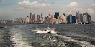 Manhattan som beskådad från Staten Island Ferry - färgversion arkivbilder