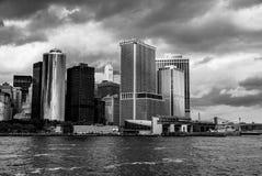 Manhattan som beskådat från den svartvita Staten Island Ferry - södra östlig spets - arkivfoton