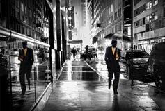 Manhattan-Straße bis zum Nacht Lizenzfreie Stockfotos