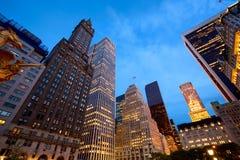 Manhattan-Straßen nachts Stockbild