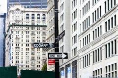 Manhattan-Straßenschild an der Ecke von Edgar Street- und Dreiheits-Platz Stockbild