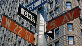 Manhattan-Straßenschilder lizenzfreie stockfotos