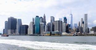 Manhattan strandbyggnader längs Eastet River Royaltyfria Foton