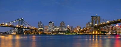 Manhattan u. Brooklyn-Brückeen-Panorama. Stockbild