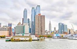 Manhattan in un giorno nuvoloso alla riva di Hudson Fotografia Stock Libera da Diritti