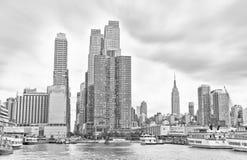 Manhattan in un giorno nuvoloso alla riva di Hudson Fotografia Stock
