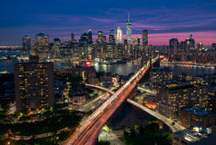 Manhattan- und Brooklyn-Skyline an der Dämmerung, New York City Stockfoto