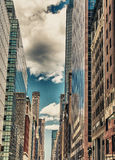 manhattan Underbar sikt av högväxta skyskrapor från gatanivå Royaltyfri Bild
