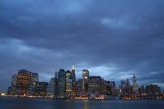Manhattan unter schweren Wolken Stockbilder