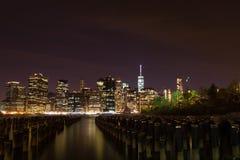 Manhattan van de binnenstad bij Nacht stock afbeelding