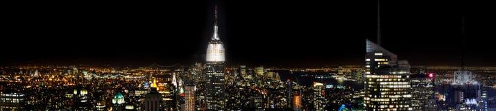 Manhattan veduta dal tetto di uno di più alta costruzione di New York di notte Immagine Stock
