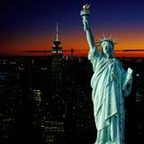 Manhattan-Vogelperspektive am Sonnenuntergang und am Freiheitsstatuen Stockfoto