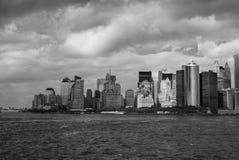 Manhattan, wie von Staten Island Ferry angesehen - Südwestspitze - Schwarzweiss lizenzfreie stockfotos