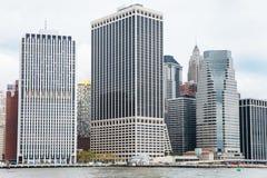 Manhattan-Wolkenkratzer vom East River Stockfoto