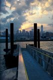 Manhattan-Wolkenkratzer von Brooklyn-Pier Stockfotos
