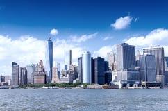 Manhattan y East River céntricos en un día soleado, Nueva York Foto de archivo