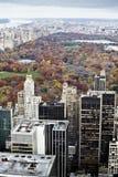 Manhattangebäude und -central Park am Fall. lizenzfreies stockfoto