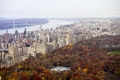 Manhattangebäude und -central Park am Fall. lizenzfreie stockfotografie