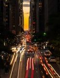 Manhattanhenge quando o sol se ajustar ao longo da 42nd rua em NY Imagem de Stock Royalty Free