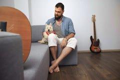 Manhipster med den vita hunden Royaltyfri Foto