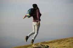 Manhipsteren hoppar med ryggsäcken Royaltyfria Foton