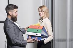 Manhjälpkvinna som i regeringsställning bär limbindningar Affärskvinna och affärsman med mappar Skäggig man och sexig flicka med arkivfoton
