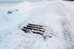 Manhole droga z śniegiem i pokrywa Fotografia Stock