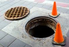 Manhole na footbath blisko ulicy obrazy stock