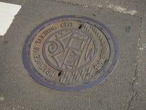 Manhole odcieku pokrywa na ulicie w Taichung, Tajwan zdjęcia stock