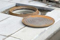 Manhole podczas w górę budowy komunikacje budynek Tło zdjęcia stock