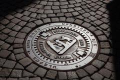 Manhole pokrywa na brukowiec ulicie w Stavanger Rogaland Norwegia Scandinavia obraz stock